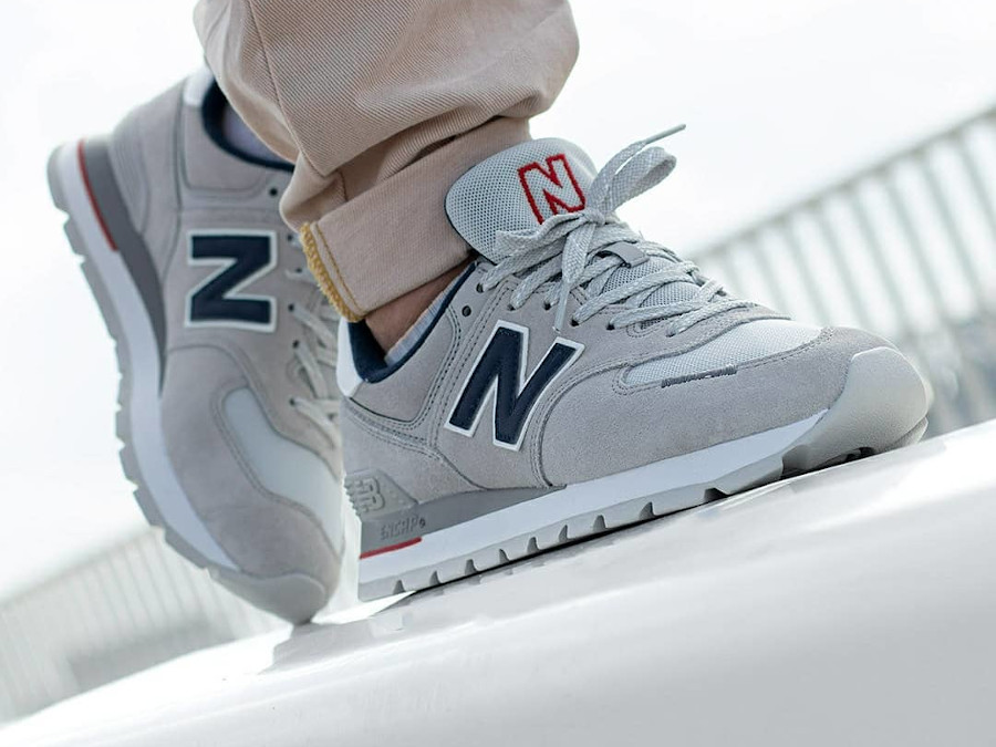 New Balance 574 Rugged grise et bleu marine on feet (3)