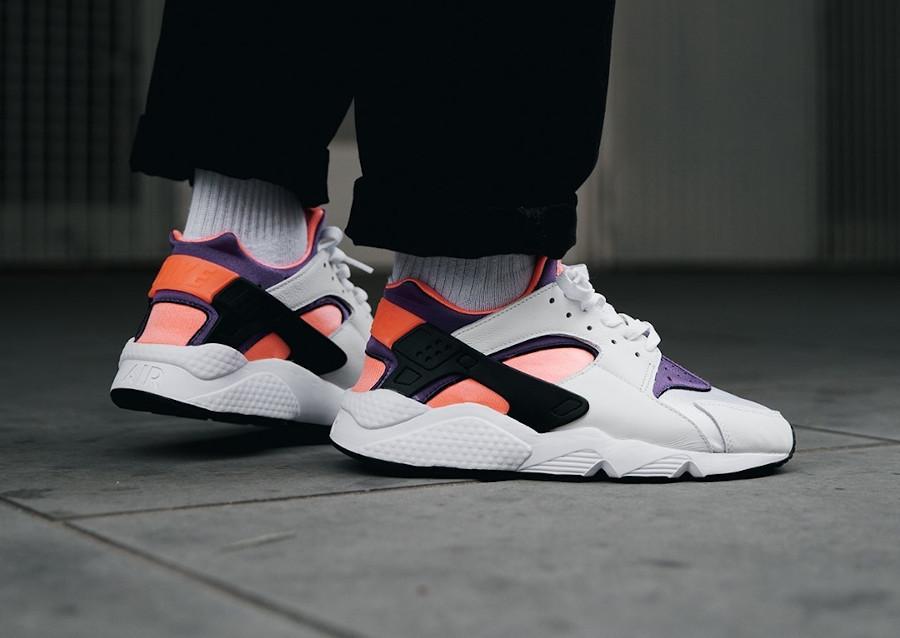 Nike Air Huarache Run blanche rose et violet on feet (30ème anniversaire) (2)