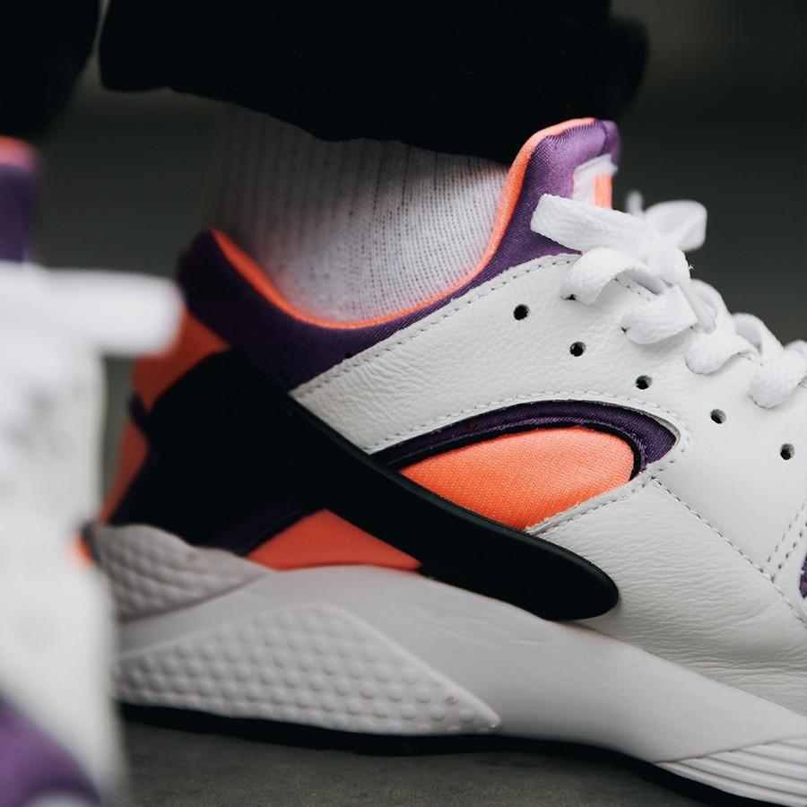 Nike Air Huarache Run blanche rose et violet on feet (30ème anniversaire) (3)