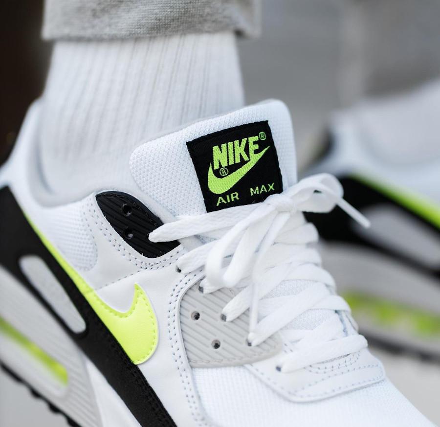 Nike Air Max III blanche noire et jaune citron on feet (1)