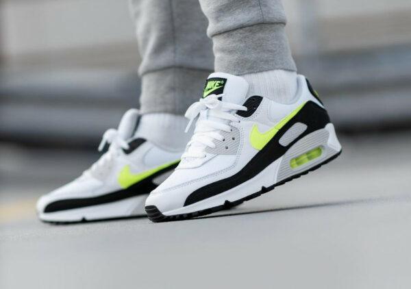 Nike Air Max III blanche noire et jaune citron on feet (2)