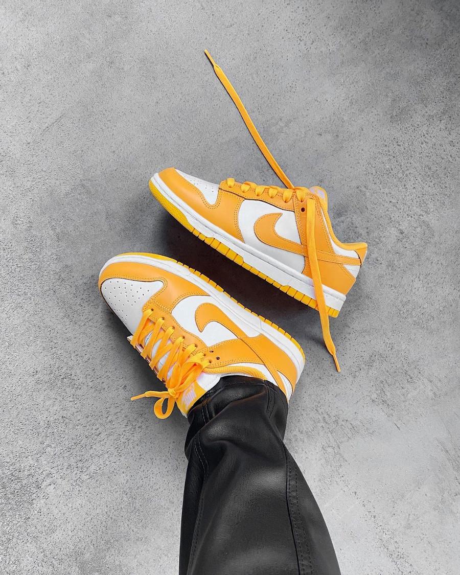 Nike Dunk Low jaune vif on feet