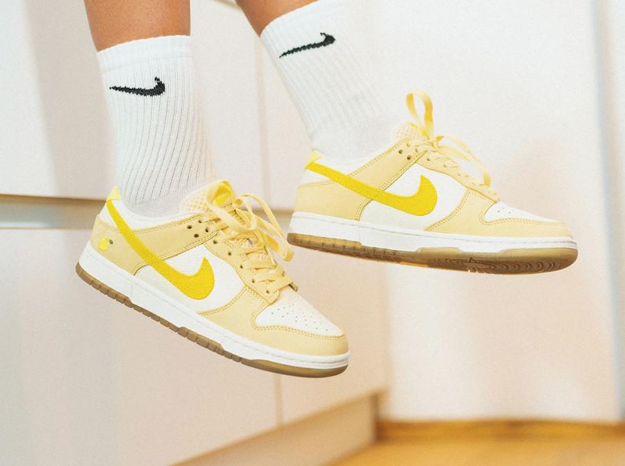 Nike Dunk low en suède jaune pastel 2021 on feet