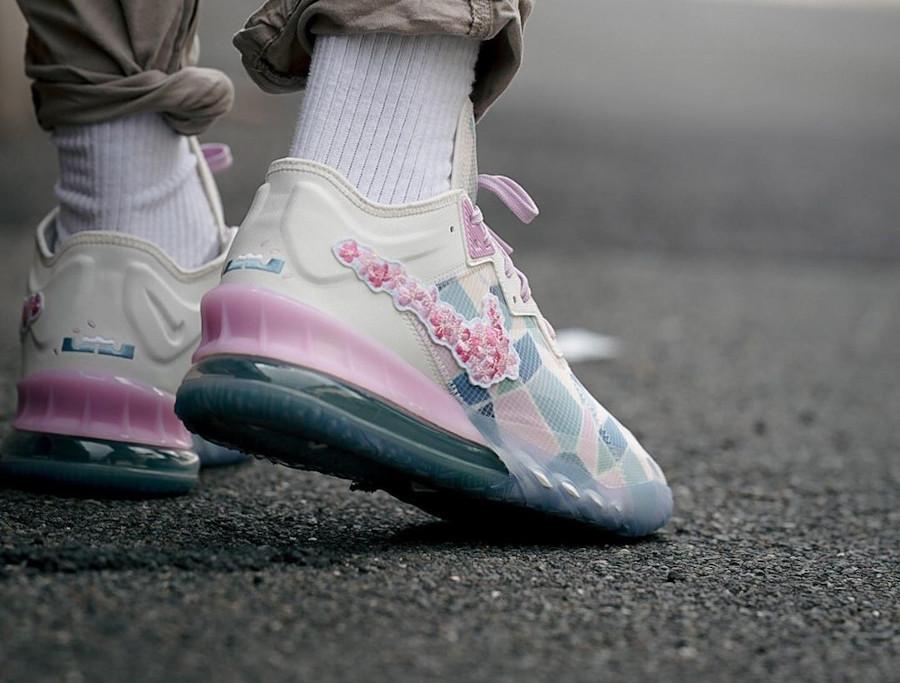 Nike Lebron 18 Low fleurs de cerisier on feet (1)