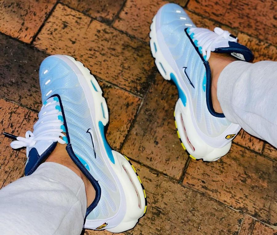 Nike Tuned 1 2021 bleu ciel on feet (1)
