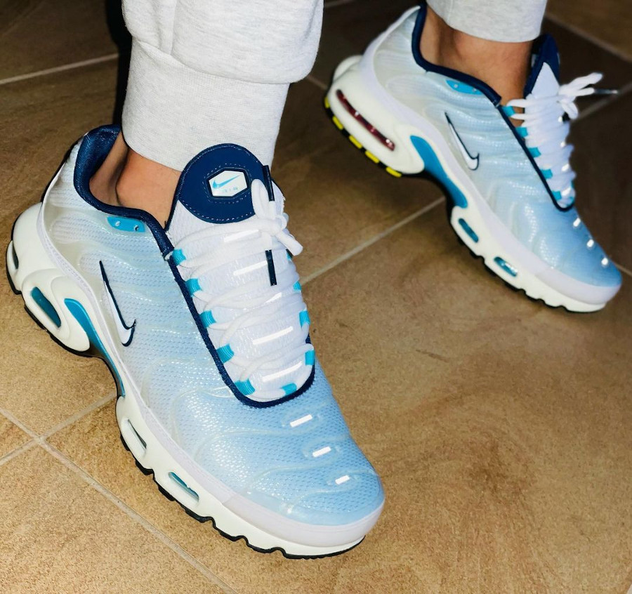 Nike Tuned 1 2021 bleu ciel on feet (2)