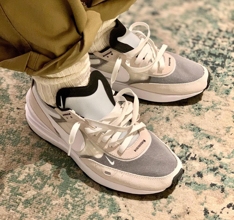 Nike Waffle 1 grise on feet (1)