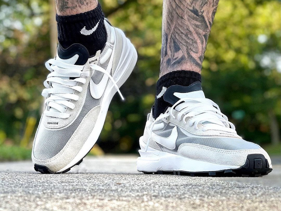 Nike Waffle One blanche et grise on feet (2)