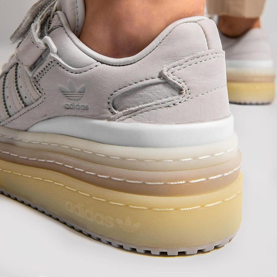 Adidas Forum 84 Low plateforme gris blanche et beige on feet (1)