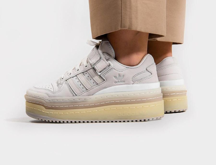 Adidas Forum 84 Low plateforme gris blanche et beige on feet (2)