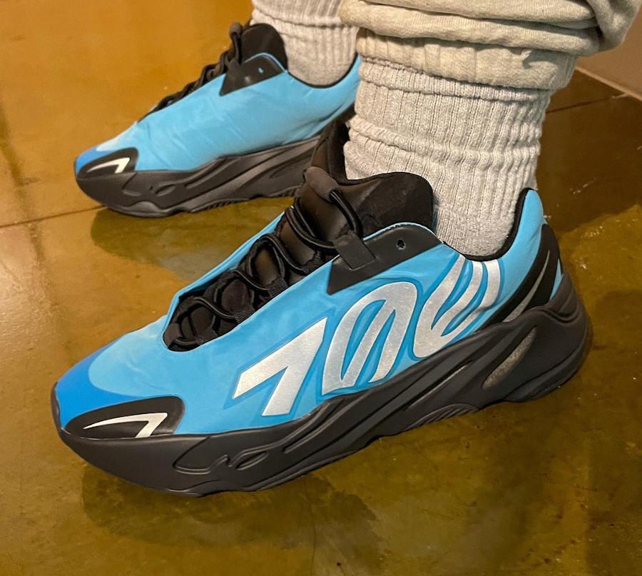 Adidas Yeezy 700 Minivan bleu et noir on feet (2)