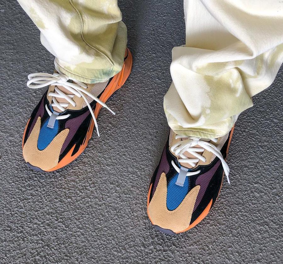 Adidas Yeezy 700 beige bleue et orange on feet