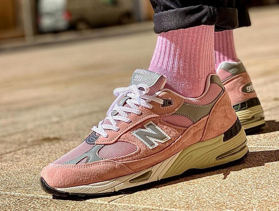 New Balance 991 rose et grise 2021 on feet (1)