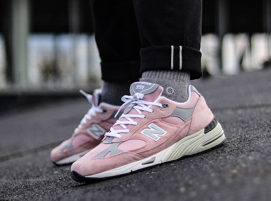 New Balance 991 rose et grise 2021 on feet (3)