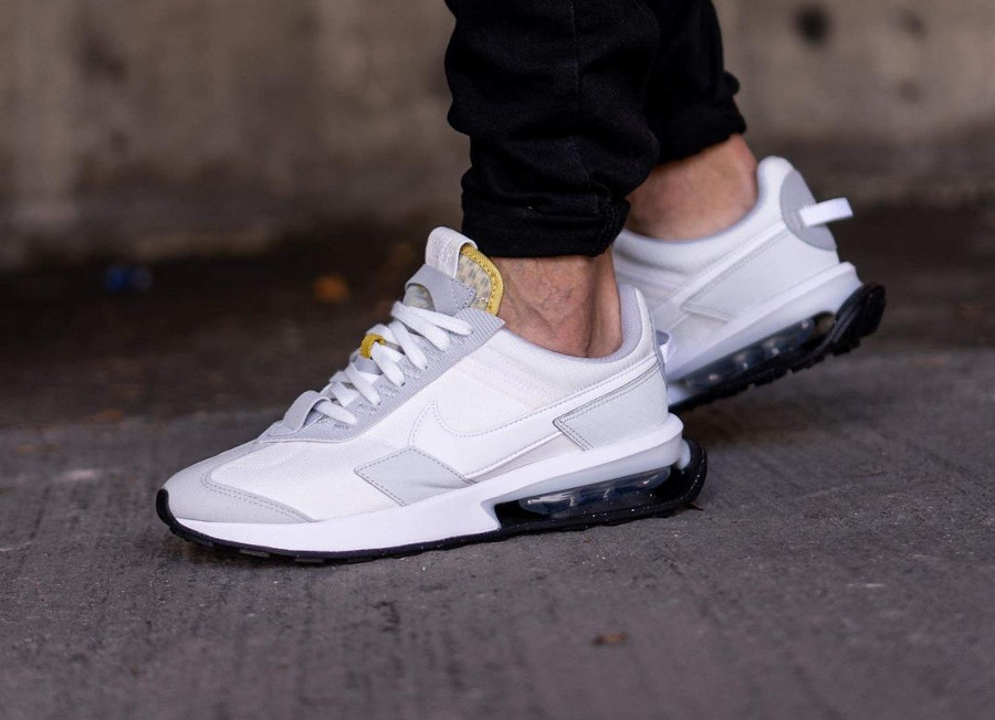 Nike Air Max Pre Day blanche et grise on feet (1)