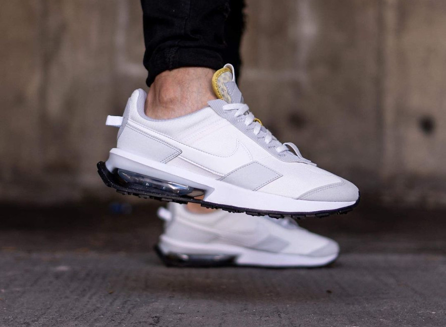 Nike Air Max Pre Day blanche et grise on feet (2)