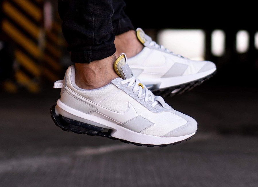 Nike Air Max Pre Day blanche et grise on feet (3)