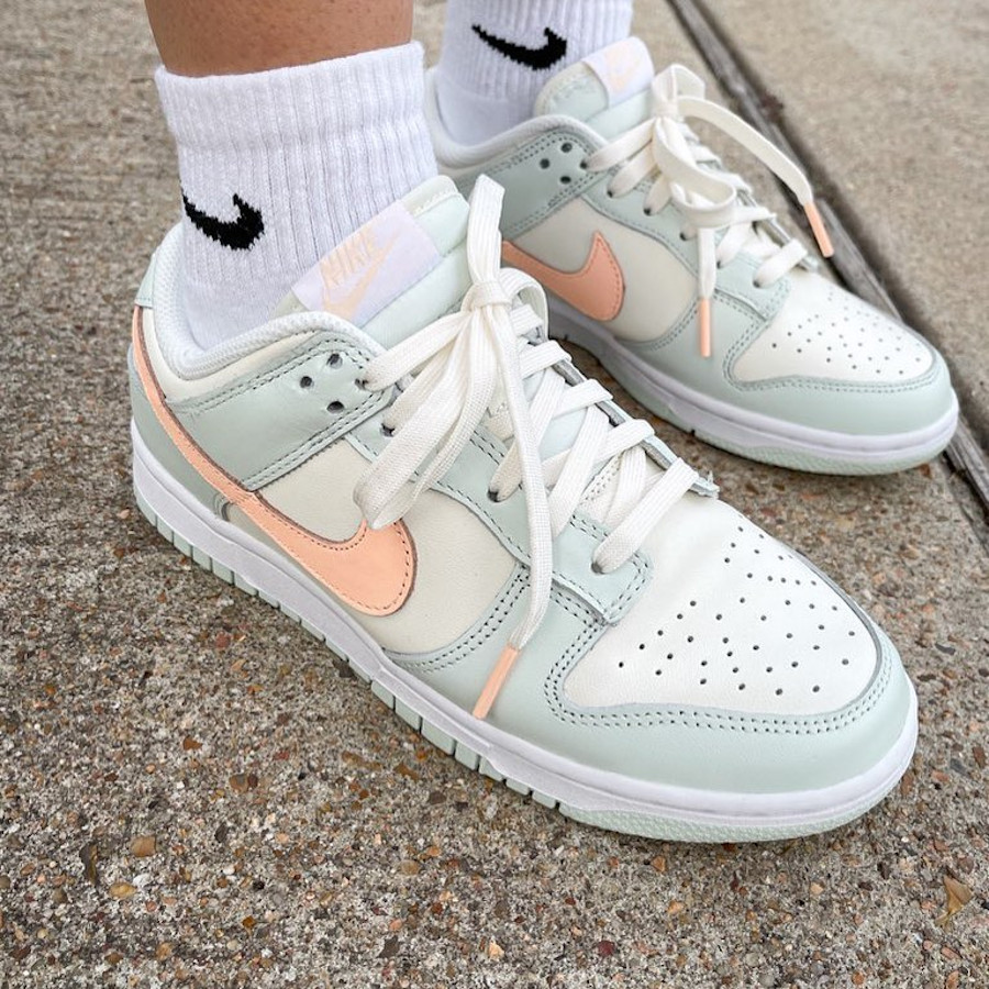 Nike Dunk Low vert menthe rose pastel on feet