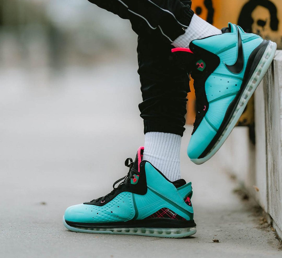 Nike Lebron VIII vert turquoise et rose on feet (4)