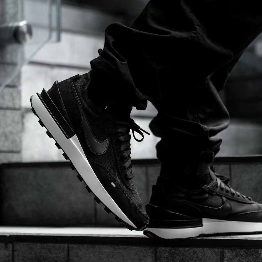 Nike Waffle One homme noire et blanche on feet (1)