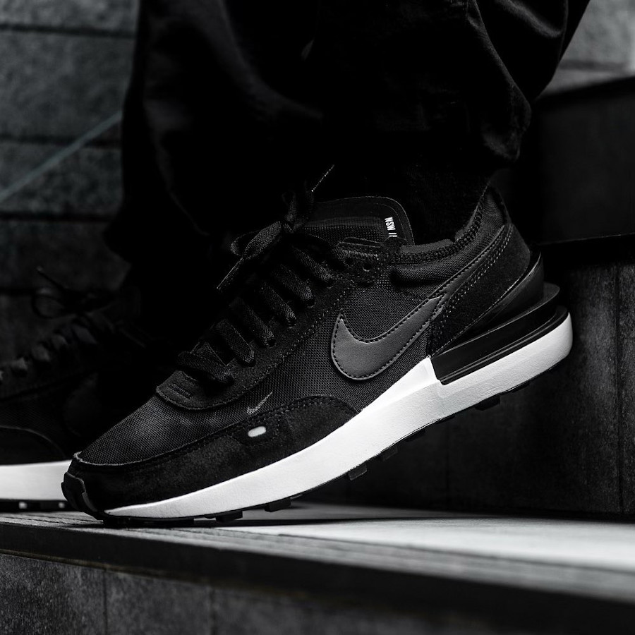 Nike Waffle One homme noire et blanche on feet (2)