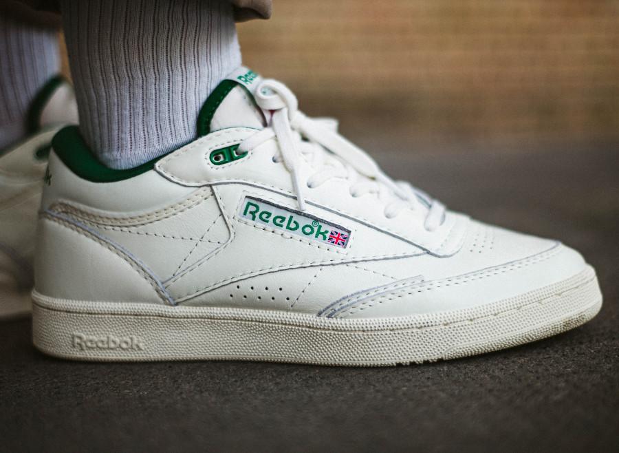 Reebok Club C Mid II vintage blanche et verte on feet