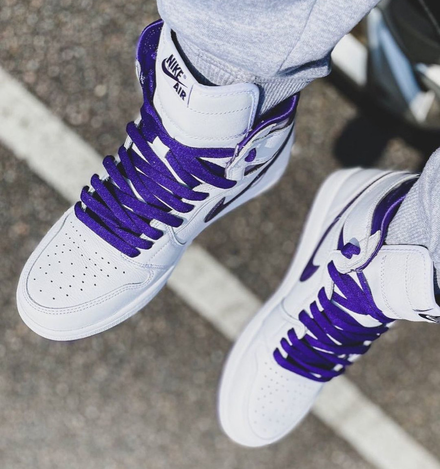 Women's Air Jordan 1 blanche et violette on feet