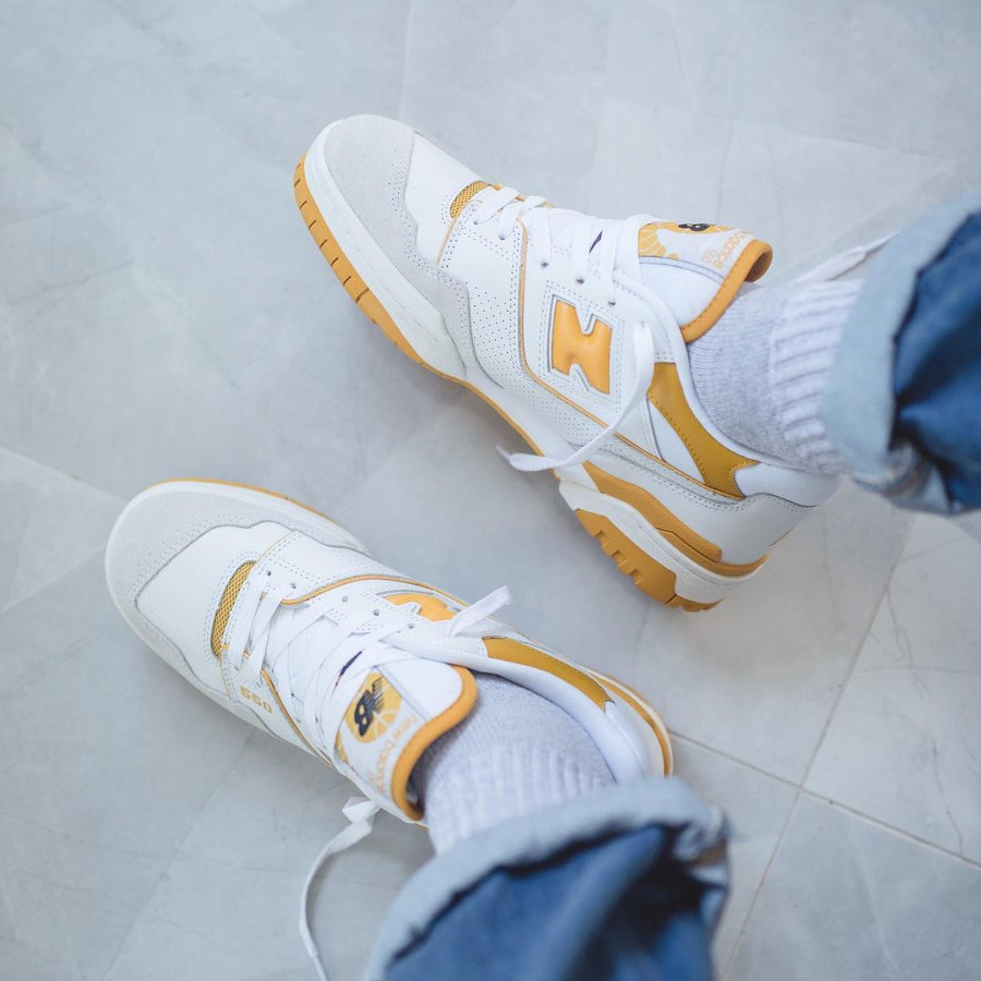 New Balance BB550 blanche et jaune on feet (1)