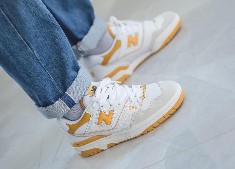 New Balance BB550 blanche et jaune on feet (2)