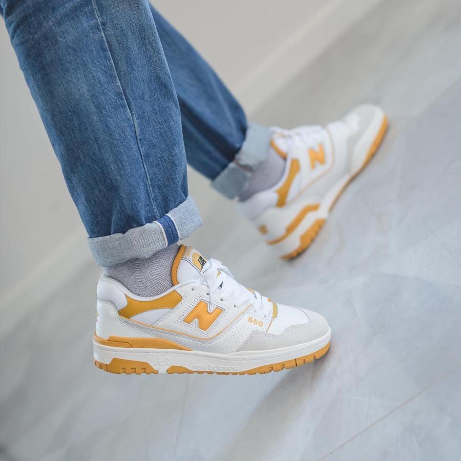 New Balance BB550 blanche et jaune on feet (3)