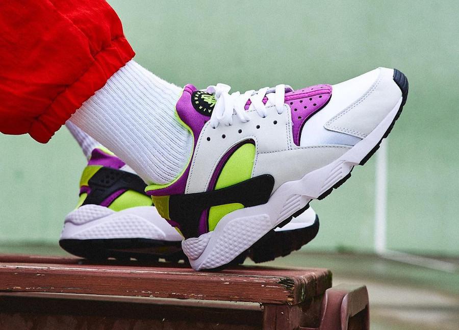Nike Air Huarache blanche vert fluo et violette on feet (1)