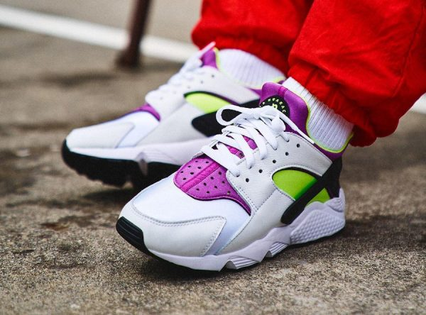 Nike Air Huarache blanche vert fluo et violette on feet (2)