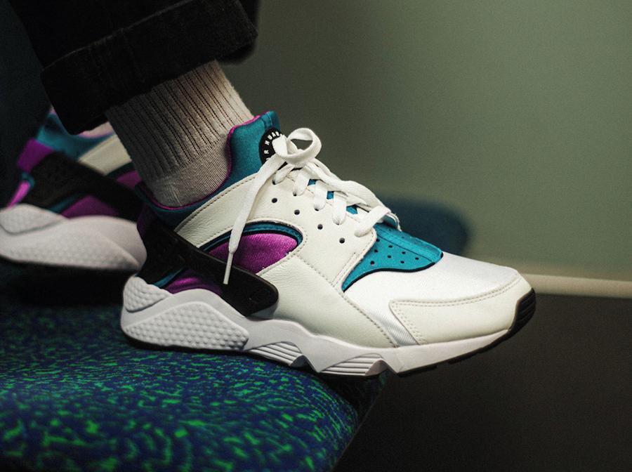 Nike Air Huarache original blanche violet et turquoise on feet (1)