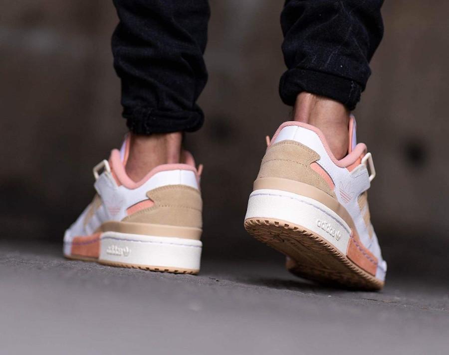 Adidas Forum Low Exhibit blanche beige et rose on feet (1)