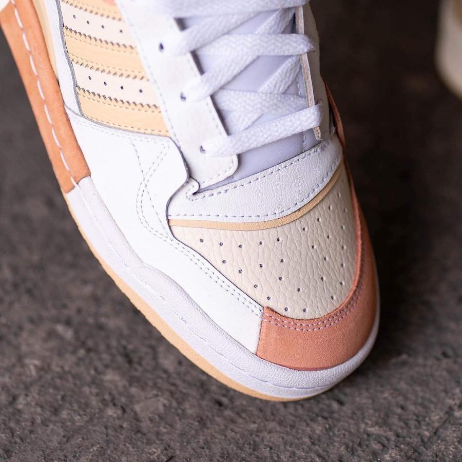 Adidas Forum Low Exhibit blanche beige et rose on feet (2)