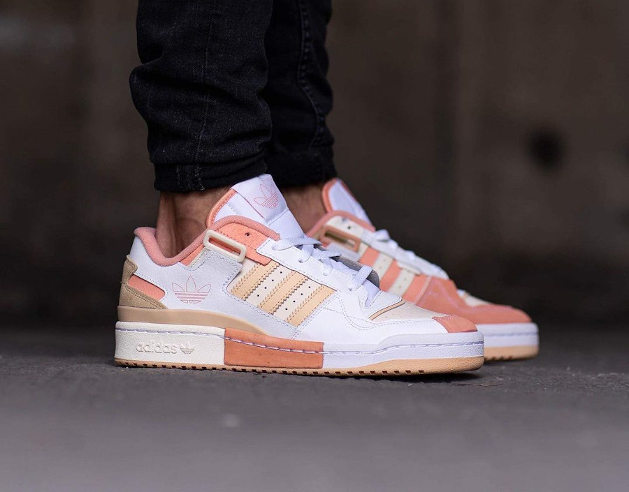 Adidas Forum Low Exhibit blanche beige et rose on feet (3)