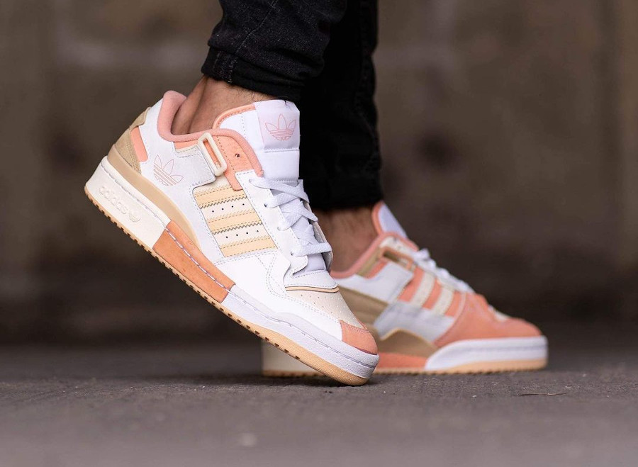 Adidas Forum Low Exhibit blanche beige et rose on feet (4)