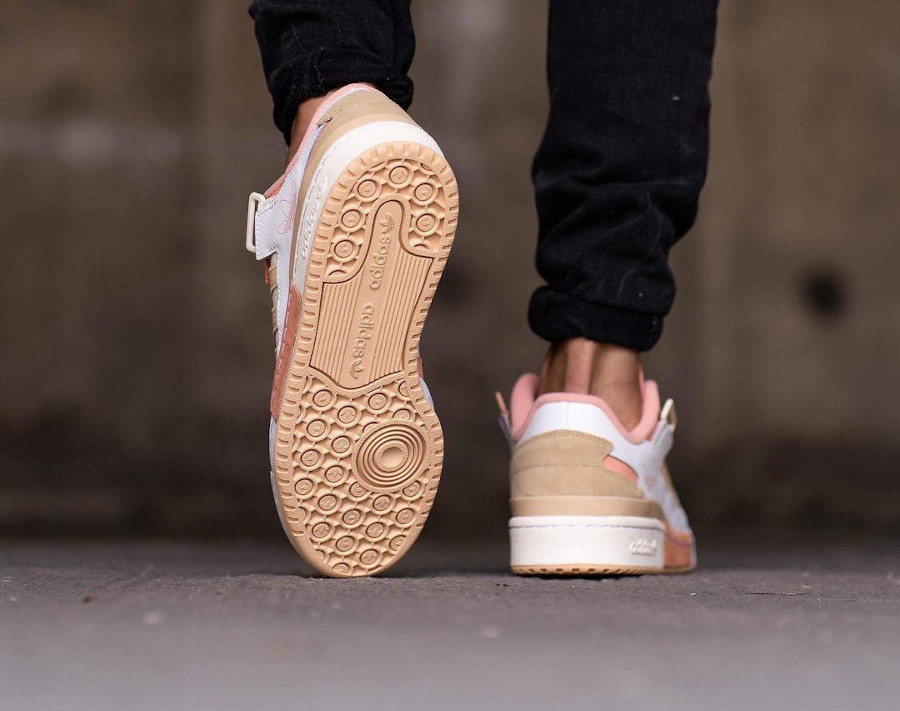 Adidas Forum Low Exhibit blanche beige et rose on feet (5)