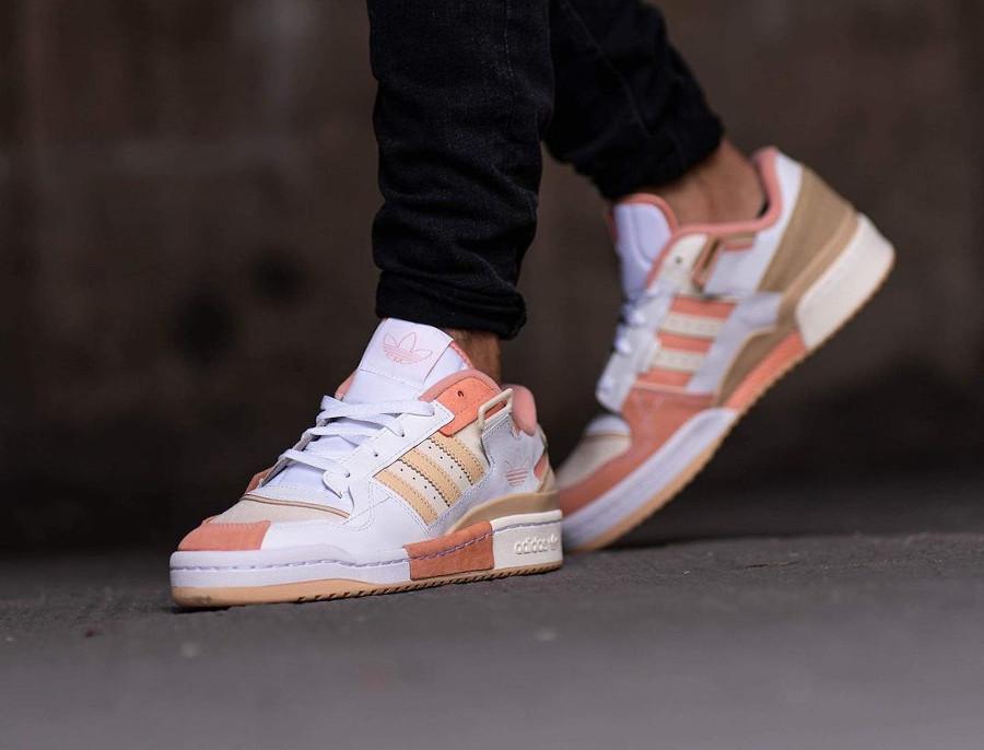 Adidas Forum Low Exhibit blanche beige et rose on feet (6)