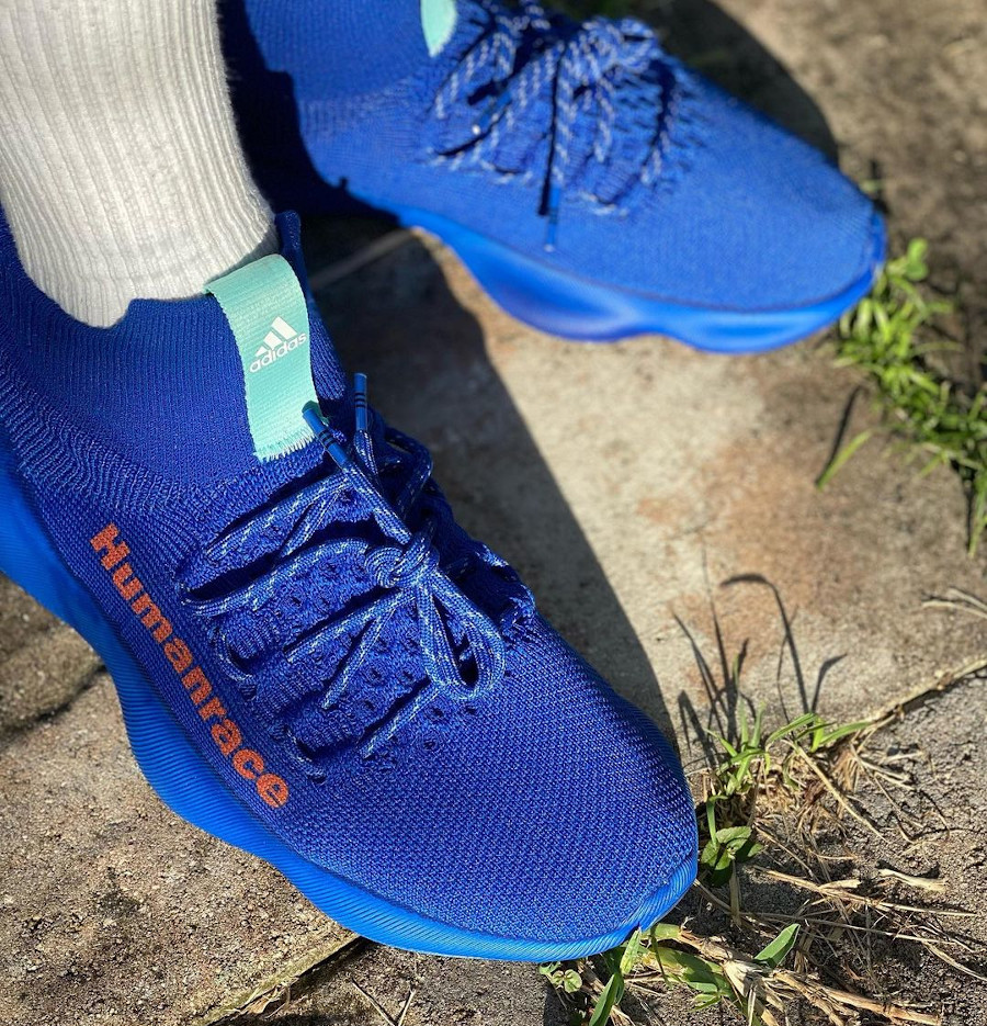 Adidas Human Race Sichona bleue et rouge on feet (1)