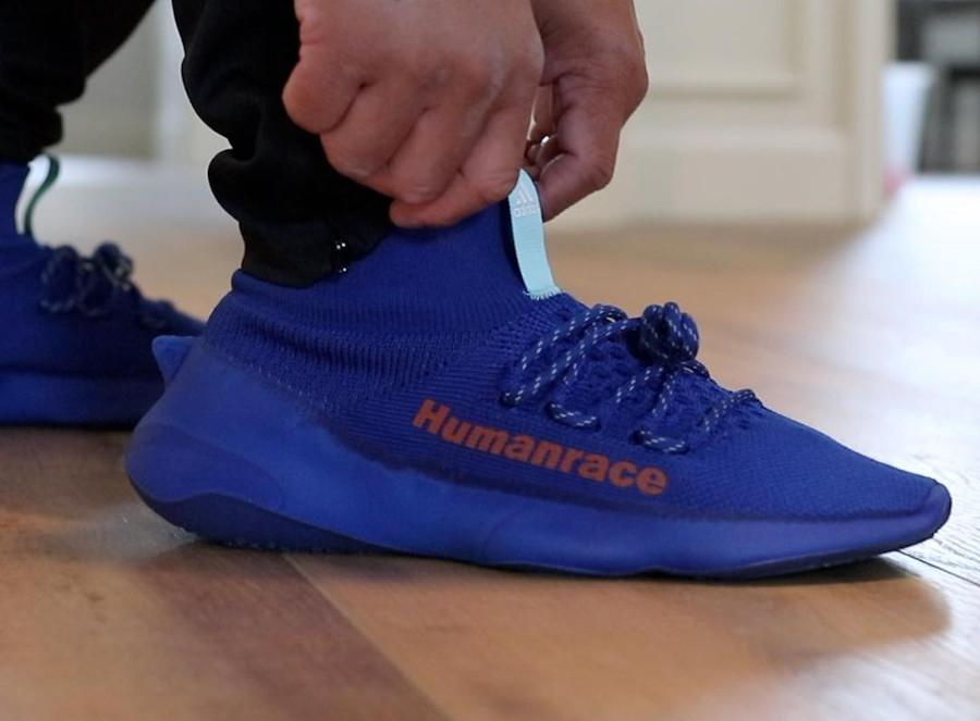 Adidas Human Race Sichona bleue et rouge on feet (2)