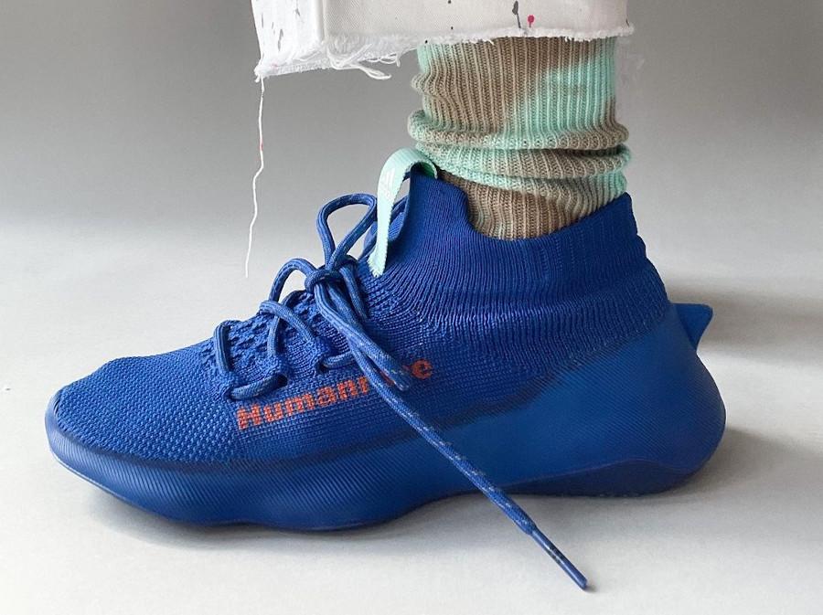 Adidas Human Race Sichona bleue et rouge on feet (3)