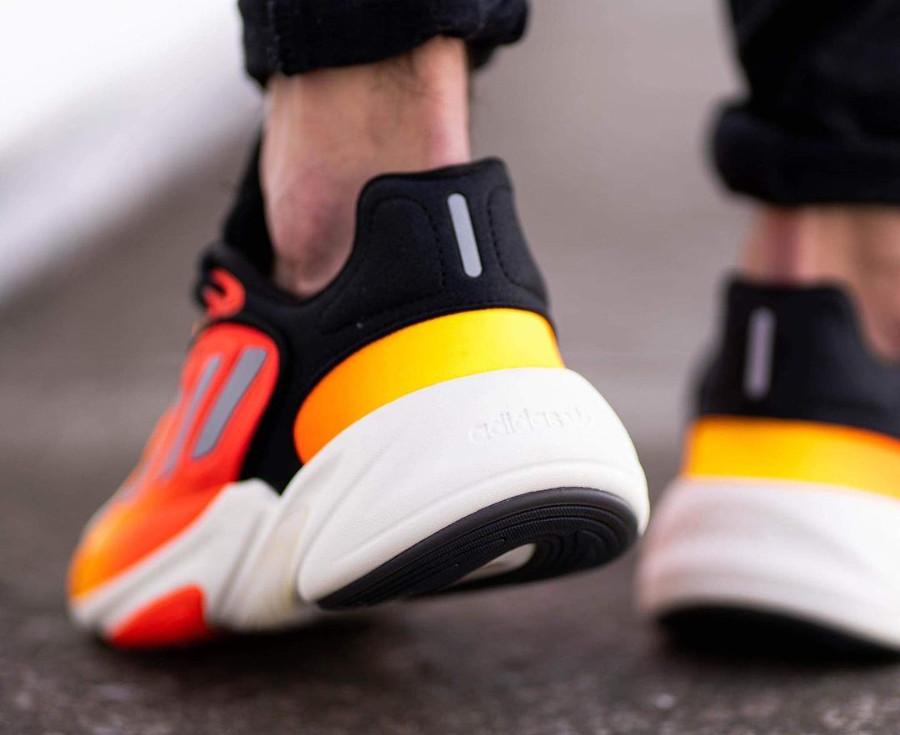 Adidas Ozelia noire jaune et orange on feet (1)