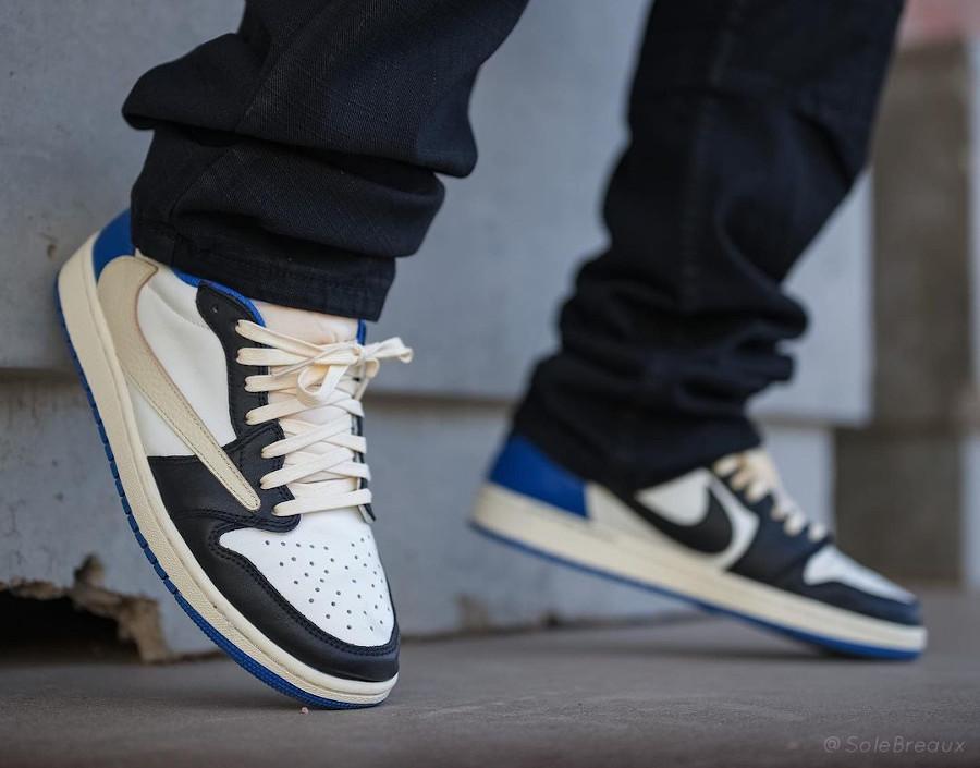 Air Jordan One Lo Black Toe Swoosh inversé on feet (1)