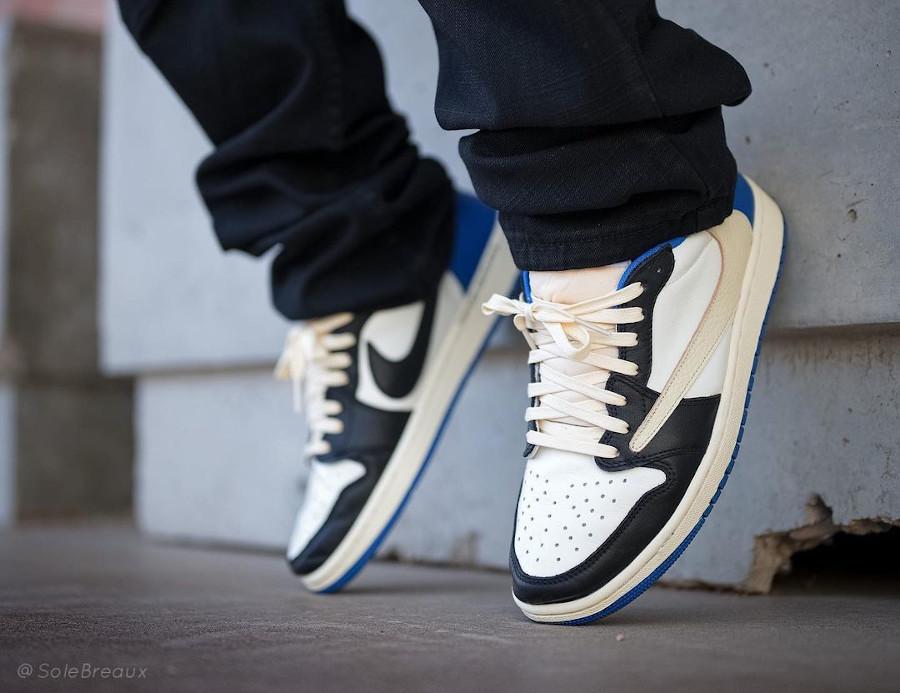 Air Jordan One Lo Black Toe Swoosh inversé on feet (2)