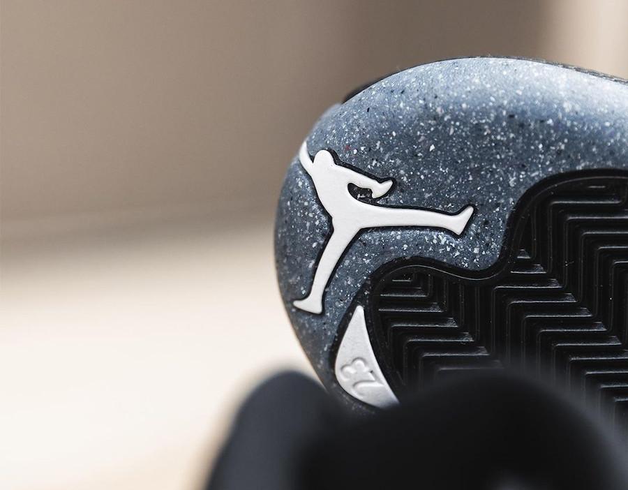 Air Jordan XII noire avec une semelle recyclée (5)
