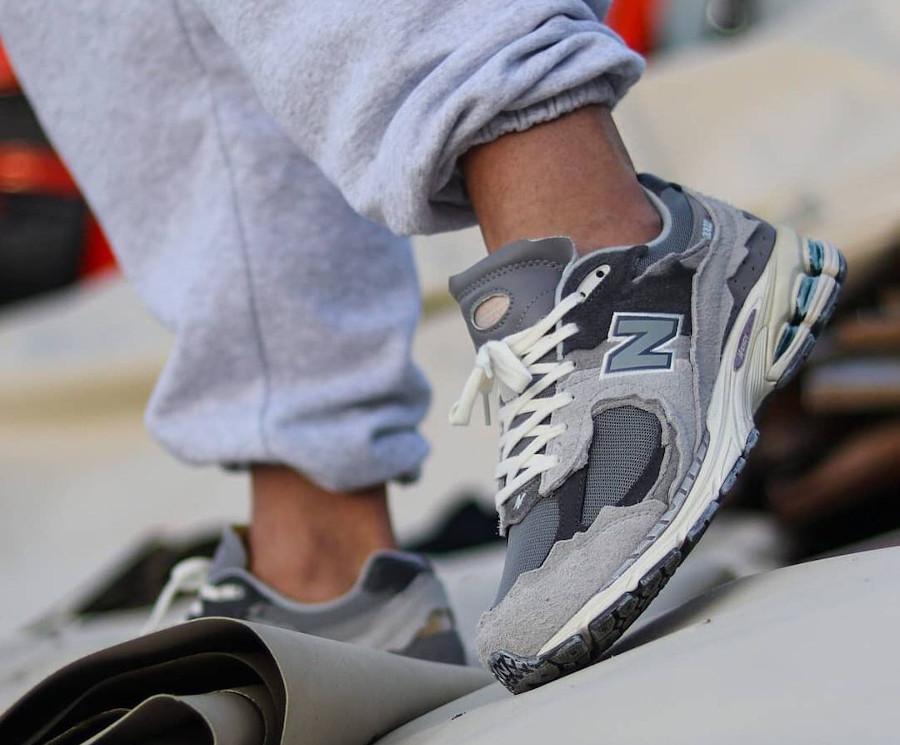 New Balance 2002 deconstruct grise on feet (1)
