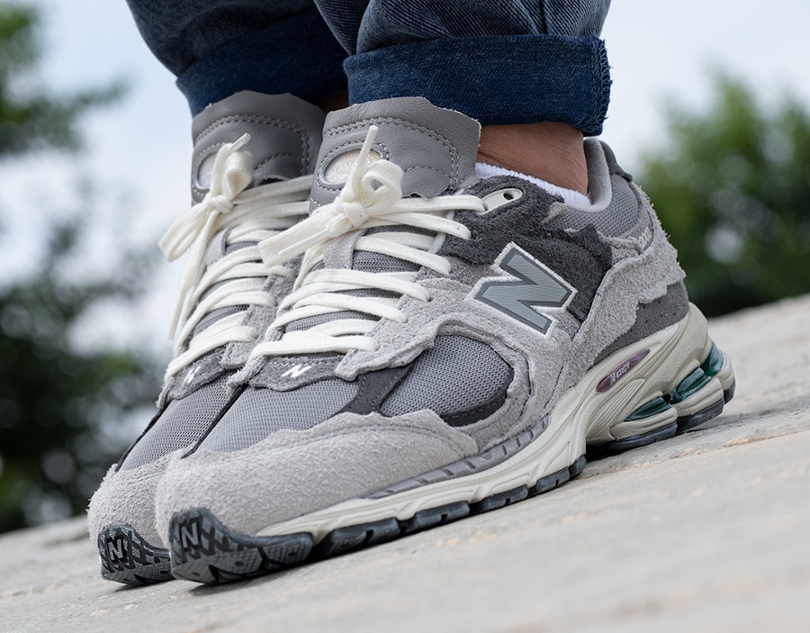 New Balance 2002 deconstruct grise on feet (2)