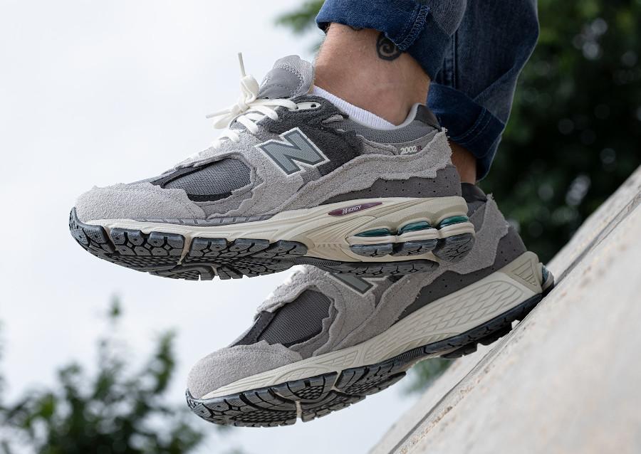 New Balance 2002 deconstruct grise on feet (3)