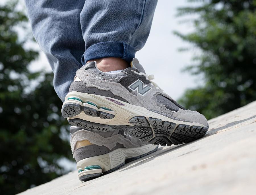 New Balance 2002 deconstruct grise on feet (5)